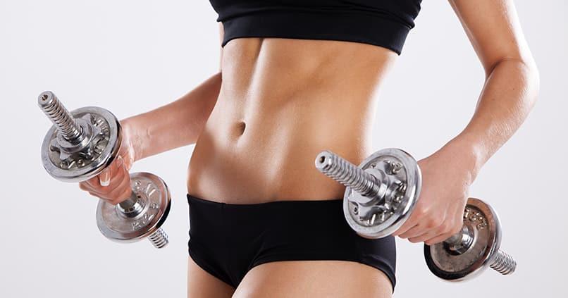 So effektiv ist Hanteltraining für den Bauch