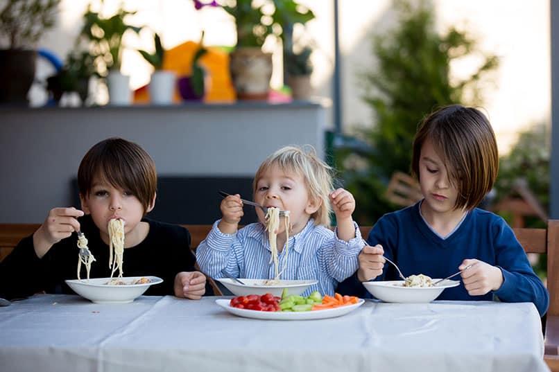 Ab wann sollten Kinder mit Besteck essen?